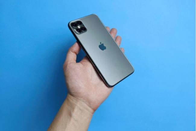 Baksidan på nya Iphone 12 som ligger i en manshand.