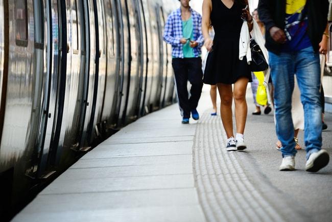 människor går på tågperrong
