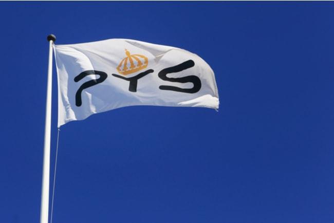 vit flagga med PTS logotyp på mot blå bakgrund