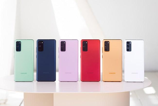 samsung galaxy s20 FE i sex olika färger uppställda på rad