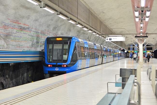 Tunnelbanetåg i tunnelbana i centrala Stockholm