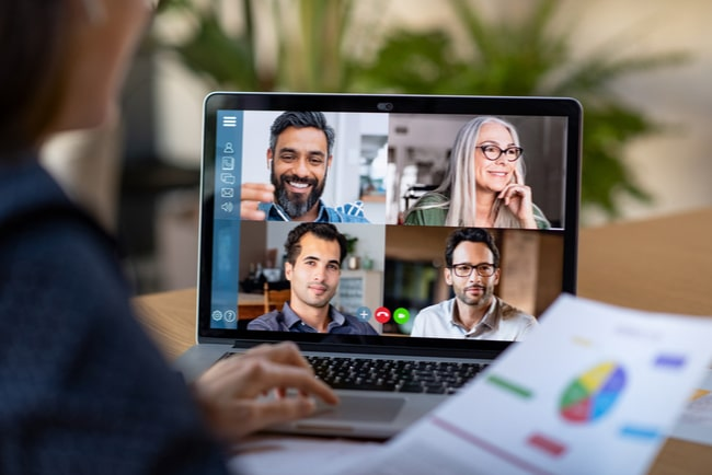person vid laptop i videomöte med kollegor