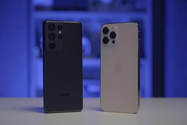 Samsung Galaxy S21 Ultra och Iphone 12 Pro står på ett bord