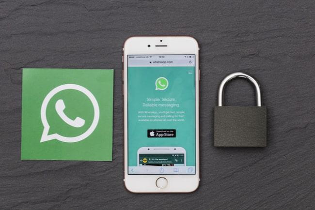 whatsapp-logotyp, smartphone och hänglås
