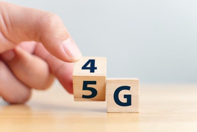 hand vänder träkloss från texten 4G till 5G