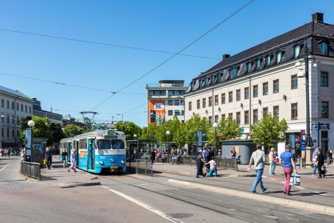 spårvagn och människor i rörelse på kungsportsplatsen i Göteborg